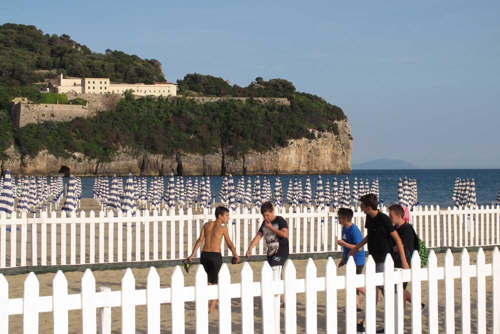luglio a Gaeta - Spiaggia di Serapo: Ragazzi che giocano